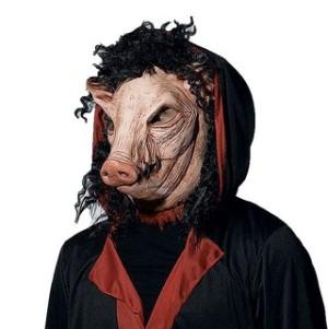 Человек в маске свиньи