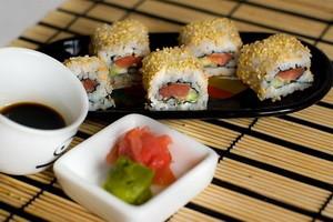 Выбираем суши и роллы из лосося
